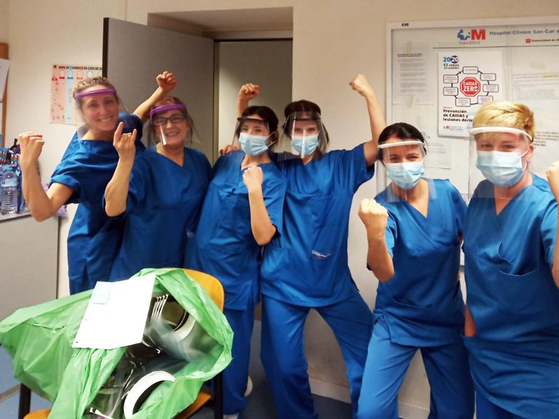 Sanitarias felices con sus máscaras de protección producidas gracias a donaciones