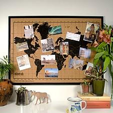 Tablero de corcho con un mapamundi serigrafiado y marco negro
