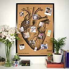 Tablero de corcho con un corazón serigrafiado y marco negro