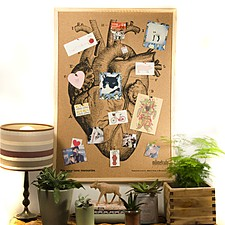 Tablero de corcho con un corazón serigrafiado y marco natural