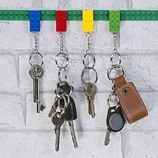 Colgador de llaves con llaveros en forma de bloques