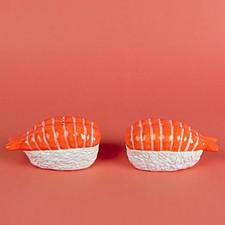 Salero y pimentero con forma de sushi