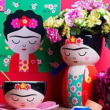 Jarrón de cerámica con forma de Frida Kahlo