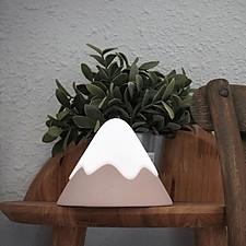 Luz de noche con forma de montaña nevada