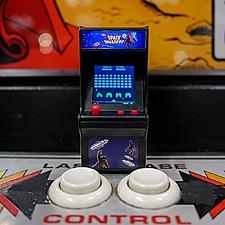 Mini consola arcade de bolsillo de Space Invaders con licencia oficial