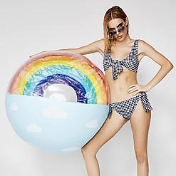 Pelota de playa gigante con arcoíris en 3D