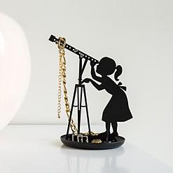 Joyero con forma de chica mirando por un telescopio