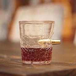 Vaso de whisky atravesado por una bala