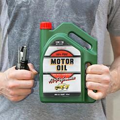 Bidón de gasolina con un juego de herramientas