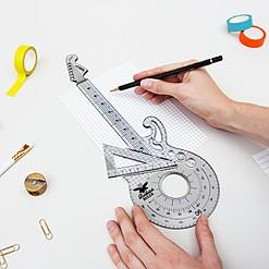Regla de dibujo técnico con forma de guitarra