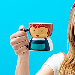 Taza con forma de chica hipster