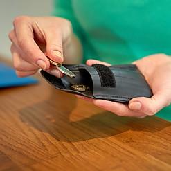 Mini cartera hecha de cámaras de neumático recicladas