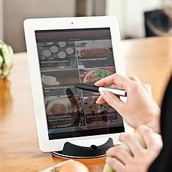 Soporte para la tablet con puntero para la cocina