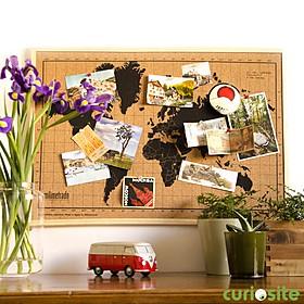 Tablero de corcho con un mapamundi serigrafiado y marco natural