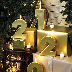 Velas doradas con forma de números gigantes