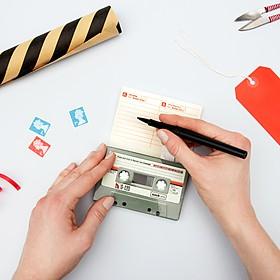 Tarjeta con mensaje de voz personalizable con forma de cassette