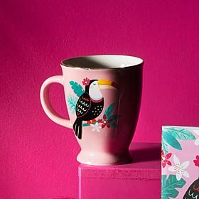Taza de diseño tropical con un tucán