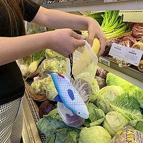 Set de bolsas para la compra dentro de un pez
