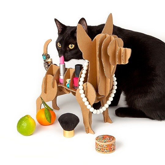 Un organizador para joyas de cartón con forma de perro