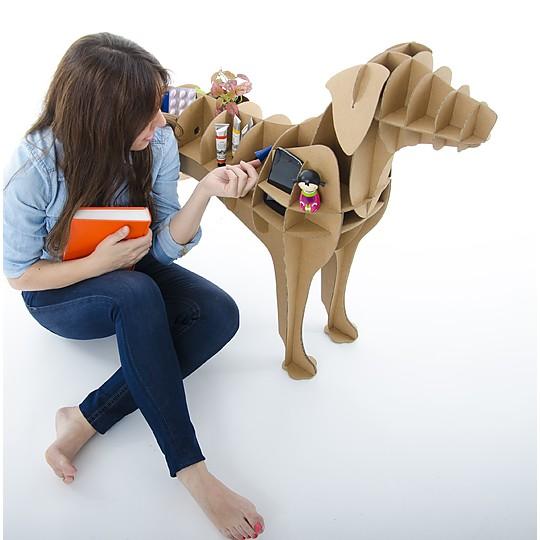 Un mueble auxiliar de cartón con forma de perro