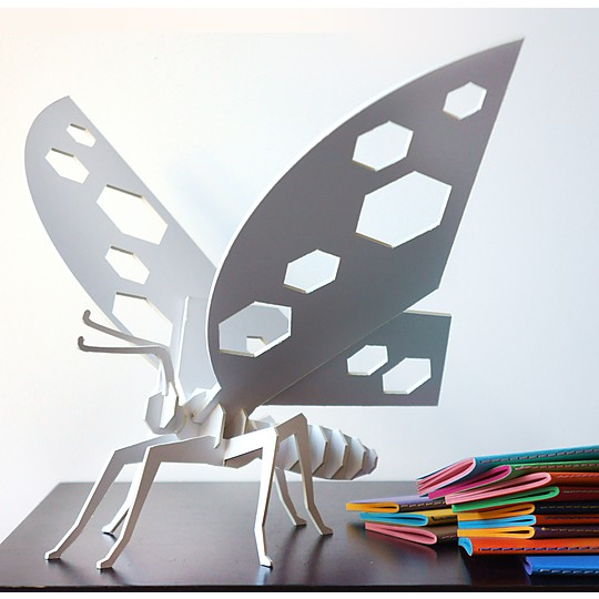 Una mariposa de cartón ligera