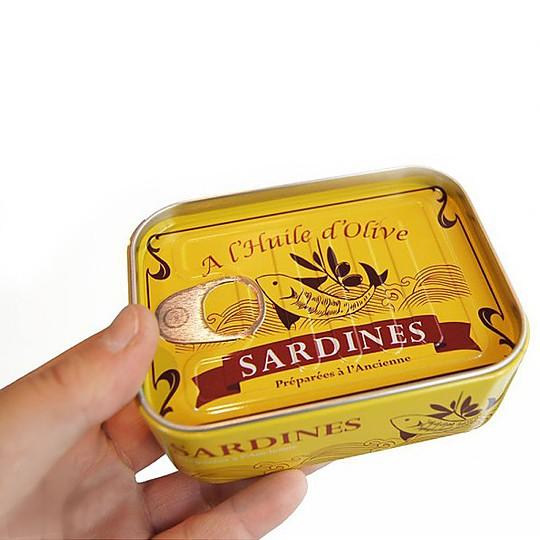 Se guardan en una lata… de sardinas