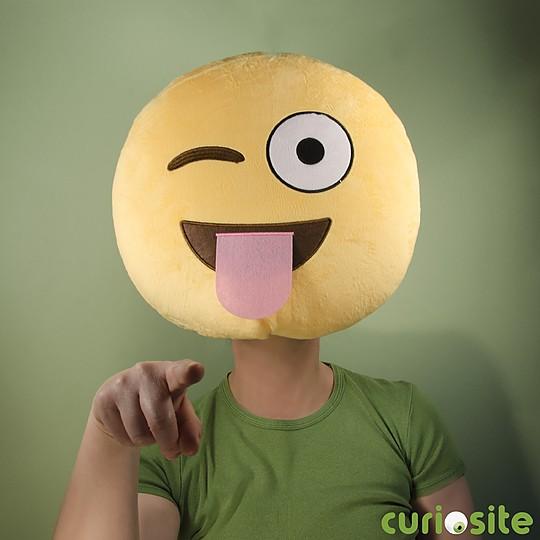 Cojín emoticono sacando la lengua