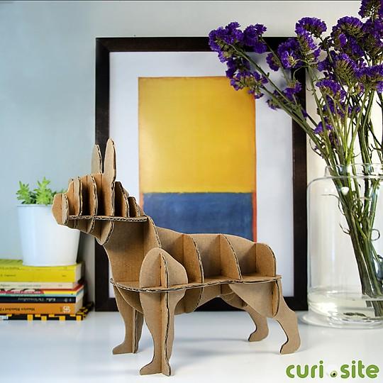 El perro de cartón bulldog francés en tamaño mini