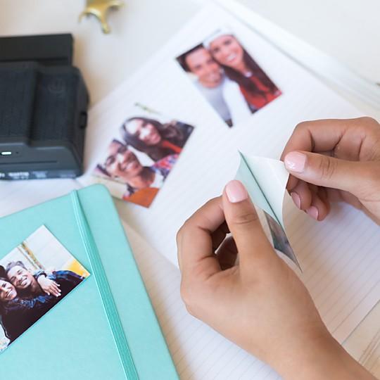 El papel de las fotos es adhesivo
