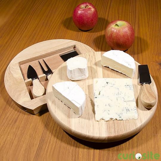 Una tabla de quesos con almacén para accesorios