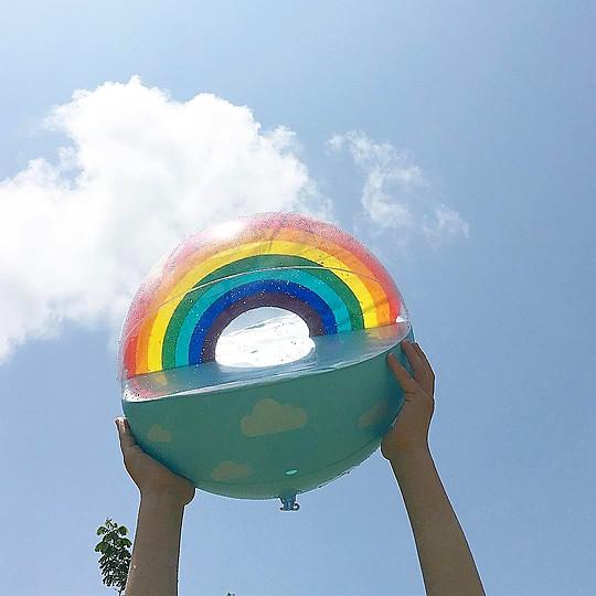 Una pelota de playa llena de luz y color