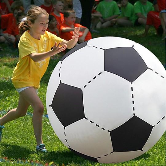 Un balón hinchable de fútbol verdaderamente gigante