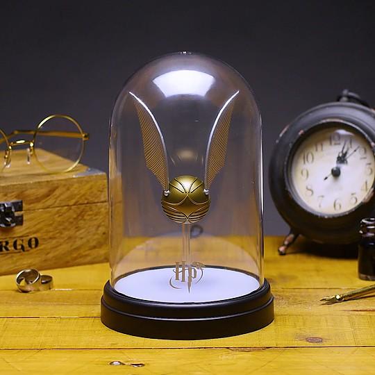 La lámpara de noche con una Snitch dorada