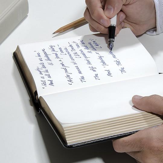 Se puede escribir con todo tipo de bolígrafos, plumas y lápices