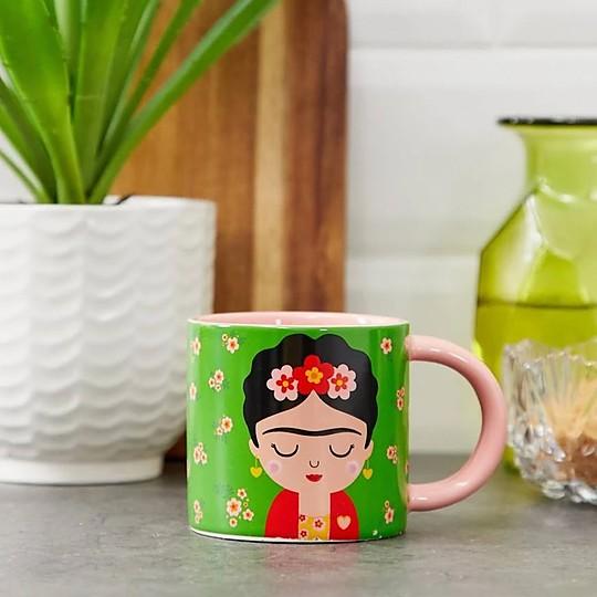 Una preciosa taza de porcelana con la imagen de Frida Kahlo