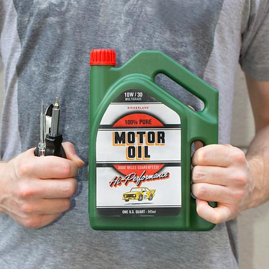 Un juego de herramientas en un bidón de gasolina