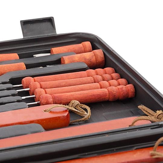 os utensilios son de acero inoxidable con mango de madera