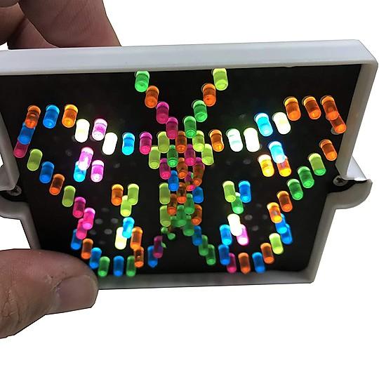 Incluye 150 clavijas de colores y 15 plantillas de dibujos