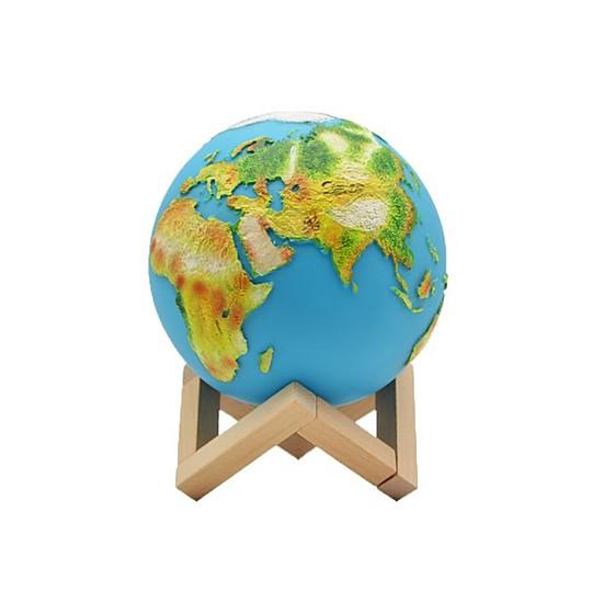 Con el mapa de la Tierra impreso en relieve