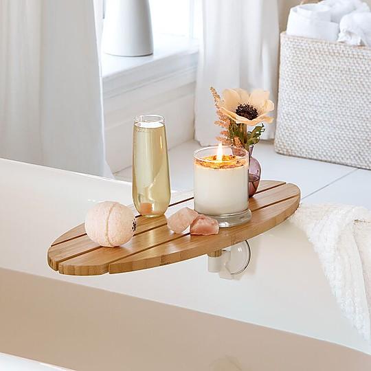 Una bandeja de bambú para la bañera de diseño impecable