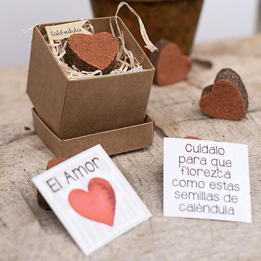 Caja con un corazón de semillas de caléndula