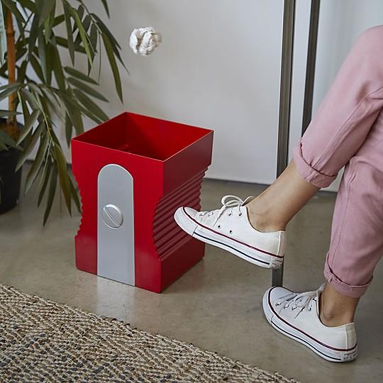 Una papelera de diseño fuera de escala