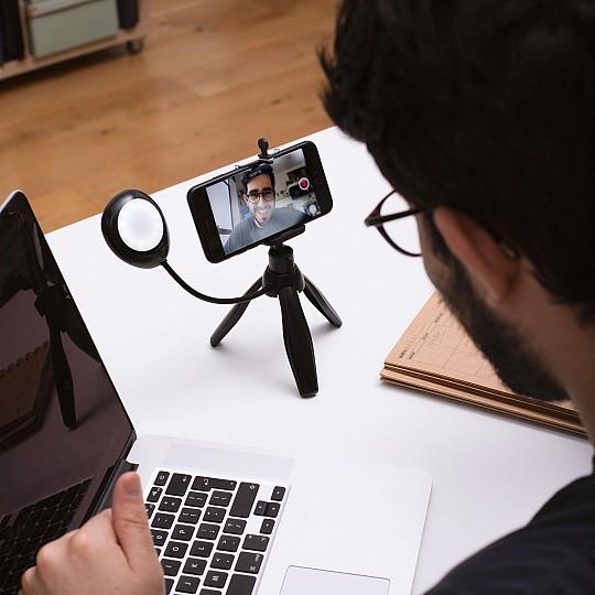 Un práctico trípode para hacer selfies y videollamadas