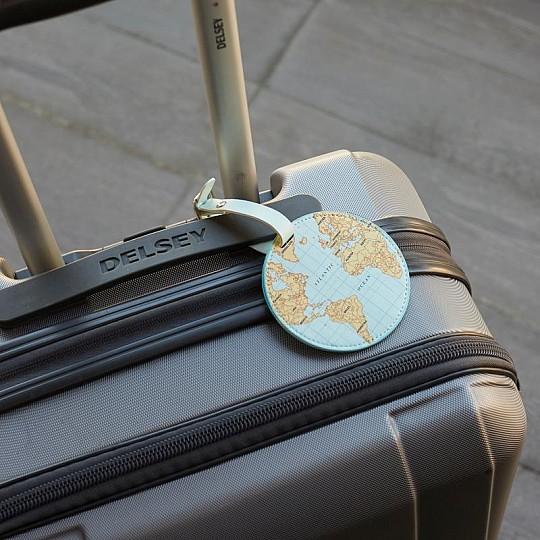 Identifica tu equipaje con esta bonita etiqueta con el mapa del mundo estampado.