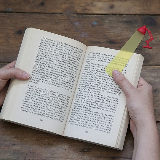 Su foco de luz señala la parte del libro que necesitas