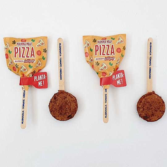 Pizza, con semillas de albahaca, tomate y oregano