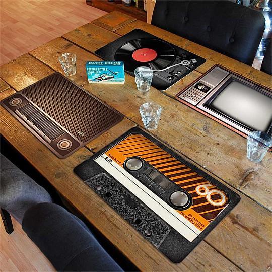 Cuatro manteles individuales de diseño retro