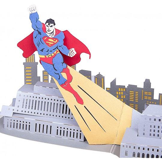 Al abrirla aparece Superman sobrevolando la ciudad