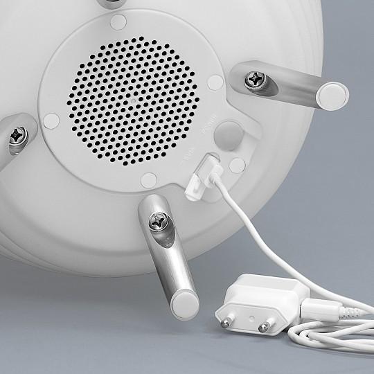 Se carga mediante un cable micro USB
