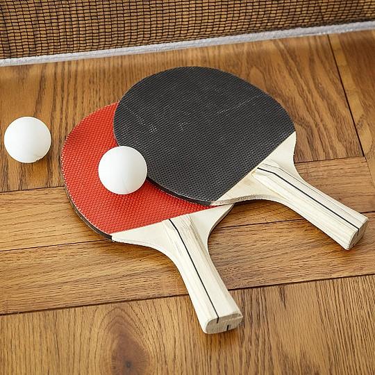 Incluye dos raquetas y dos pelotas